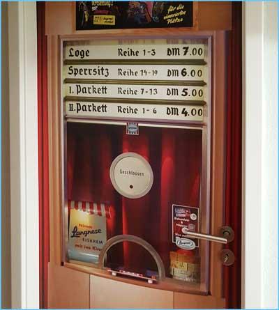 Alte Kinokasse als neue Tür