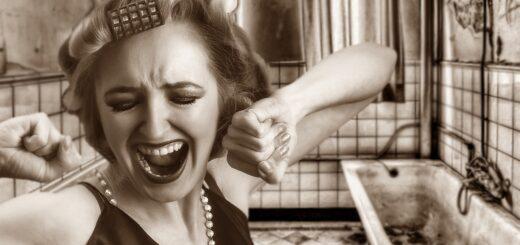 Wer auf besonders glattes und weiches Haar wert legt, der ist mit konventionellen Haarpflegeprodukten in vielen Fällen nicht ausreichend gut bedient. Zwar lassen sich kurzfristig Verbesserung in der Haarstruktur feststellen, es geht aber nicht ohne ein beinahe tägliches Pflegen und Glätten der Haare. Der Schlüssel zu dem wirklich perfekten Haar liegt im Kreatin, ein Protein, das aus Aminosäuren besteht und zu den grundlegenden Bausteinen unseres Körpers gehört. Es sorgt von sich aus dafür, dass unser Haar elastisch und belastbar bleibt. Befindet sich zu wenig Kreatin im Haar, dann kann es schnell brüchig und matt werden, Spliss bilden und deutlich langsamer nachwachsen. Mit einer Kreatin-Kur zum seidenweichen Haar Fehlendes Kreatin lässt sich glücklicherweise wieder auffüllen. In der Regel übernimmt das der Frisör im Rahmen einer Kreatin-Kur. Die Kreatinmoleküle durchdringen dabei die äußere Haarschicht und das Haar wird von innen heraus neu gestärkt. Die äußerste Haarschicht, die Schuppenschicht, wird im Ganzen widerstandsfähiger gegen alle äußeren Einflüsse. Das Haar fühlt sich nach der Behandlung sofort deutlich griffiger und elastischer an. In der Praxis läuft beginnt die Behandlung mit einer Haarwäsche, um Reste von Haarpflegeprodukten zu entfernen. Die Kreatinkur wird dann einmassiert und muss einige Minuten wirken. Anschließend wird das Haar getrocknet und jede Strähne mit dem Glätteisen behandelt. Abschließend wird die Kur ausgewaschen und das Haar normal getrocknet. Insgesamt ist diese Prozedur mit einer Dauer von zwei bis vier Stunden relativ zeitaufwendig und stellt für das Haar insgesamt eine deutliche Belastung dar. Natürlich hält sich das künstlich zugefügte Kreatin nur eine gewisse Weile im Haar, es wäscht sich langsam bei der normalen Haarpflege wieder heraus. In der Regel hält die Wirkung einer solchen Behandlung zwischen zwei und vier Monaten an. Entscheidend ist also die Pflege nach der Kur, um vom Ergebnis lange profitieren zu können. Pflege ohne